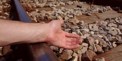 mano indica i binari di un treno