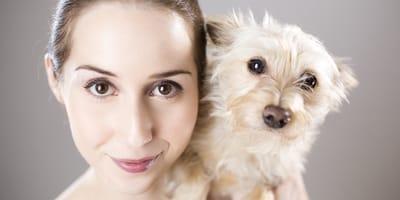 mujer adopta perro