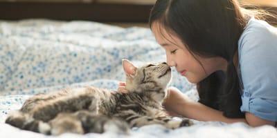 chica sonriendo gato