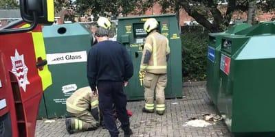 bomberos inspeccionan el contenedor de ropa