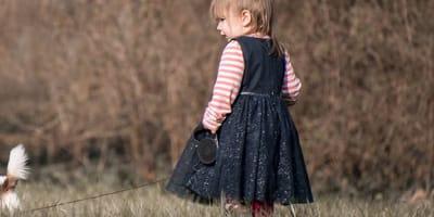 niña paseando tigre