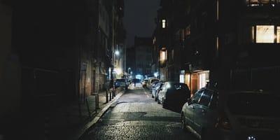 coches aparcados en una calle oscura de noche