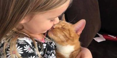"""Bambina canta """"You are my sunshine"""" al gatto: il motivo spezza il cuore (Video)"""