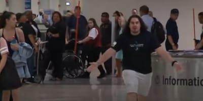 Mężczyzna krzyczy na lotnisku: gdy podróżni poznają powód, są wzruszeni do łez