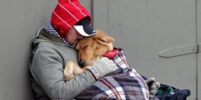 Ein Obdachloser und sein Hund im Winter