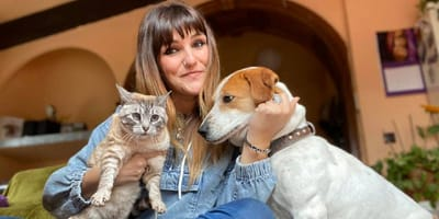 rozalen con su gato en brazos y su perro a su lado