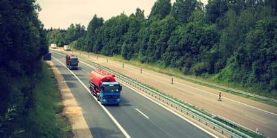 Dwie ciężarówki na drodze.