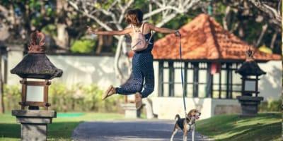 donna-salta-con-un-cane