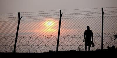 hombre junto a valla refugio