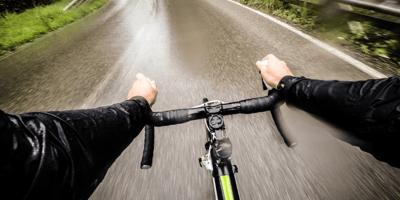 manos de ciclista en el manillar de la bicicleta