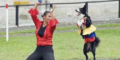 una mujer y un perros vestidos para practicar dog dancing