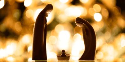 Bezdomny szczeniak zajął miejsce Jezuska w bożonarodzeniowej szopce i... podbił internet