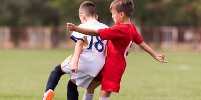 Fußball spielende Kinder.