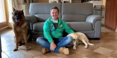 uomo-con-due-cani-ai-lati