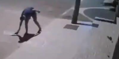 Mężczyzna podnosi coś z ulicy