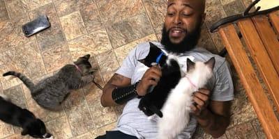 <p>Davis zawsze kochał koty - z wzajemnością!</p>
