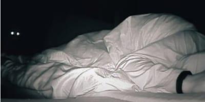 Po kilku ciężkich nocach, kobieta postanowiła nagrać się podczas snu. Efekt ją zaskoczył!