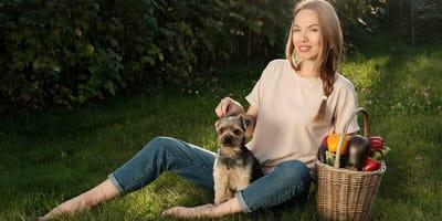 perro mujer cesto verduras berenjenas