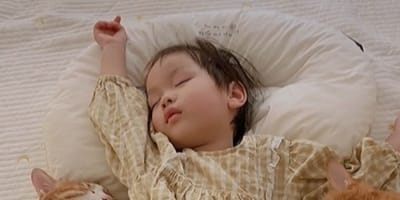 Dwuletnia dziewczynka spokojnie śpi: nagle naciera na nią puszysty atak! (VIDEO)