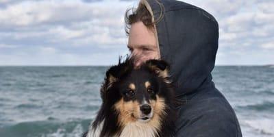 cane-e-ragazzo-al-mare
