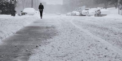 Mujer de Juárez ve un bulto en la nieve: al acercarse se queda sin aliento