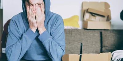 Junge soll Paket abholen und zerfließt stattdessen in Tränen