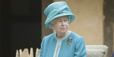 Die Queen mit ernstem Gesichtsausdruck