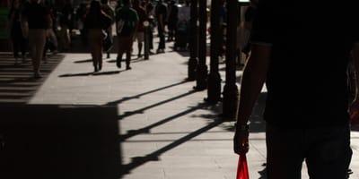 Ludzie idący ulicą.