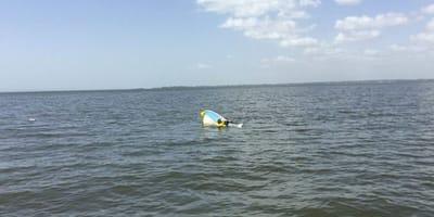 Tonąca w morzu łódź.