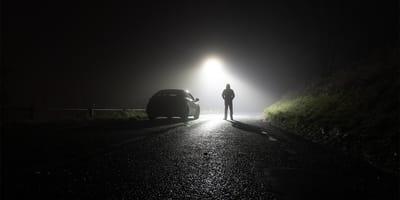 Una sombra en mitad de una noche hace que alguien se detenga y pueda descubrir una terrible realidad