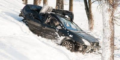 coche accidentado en la nieve