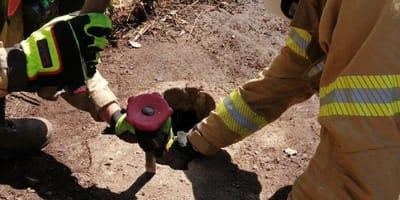 bomberos agrandan el agujero de un pozo en el campo