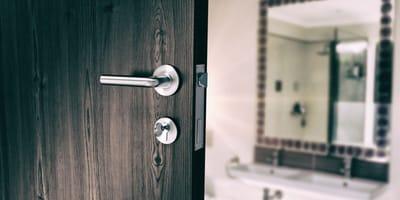 Badezimmertür wird geöffnet