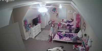 Al encender la luz de la habitación descubre que su hija ya no dormía sola (Vídeo)