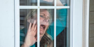 mujer gritando en la ventana