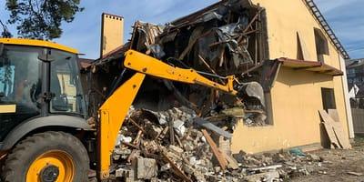 Haus wird abgerissen: In letzter Sekunde sehen sie etwas durch den Flur flitzen!