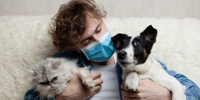 Voluntario argentino cuida mascota de propietario con covid