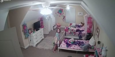 Zapala światło w pokoju córki i odkrywa, że nie jest w nim sama!