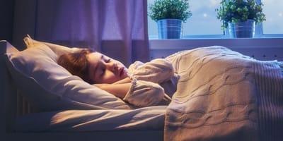 bambina-dorme-nel-letto-di-camera-sua