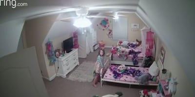 Mama schaltet Licht im Kinderzimmer an und merkt, dass Tochter nicht allein schläft