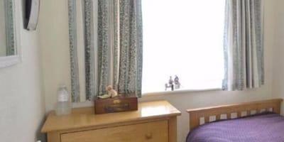 Dom na sprzedaż: szczegół na jednym ze zdjęć ogłoszenia sprawia, że mężczyzna nieomal spada z krzesła!
