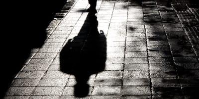silueta de una persona en la oscuridad