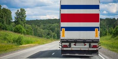 Kierowca widzi worek wyrzucany z jadącej przed nim ciężarówki. Kiedy zagląda do środka, jest przerażony