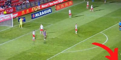 Mitten im Fußballspiel: Komischer Flitzer sorgt für Unruhe im Stadion
