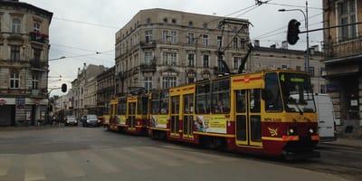 Łódź: kiedy motorniczy zauważa, co kobieta robi na przystanku, awaryjnie zatrzymuje tramwaj