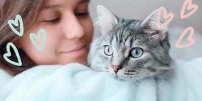 mujer abraza gato amor