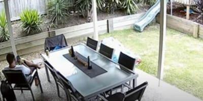 hombre sentado leyendo terraza jardin