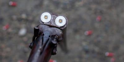 Una persona cargando su escopeta