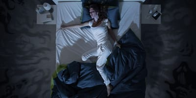 donna-che-dorme-nel-letto-di-notte