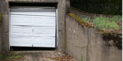 vecchio-garage-abbandonato-con-porta-bianca